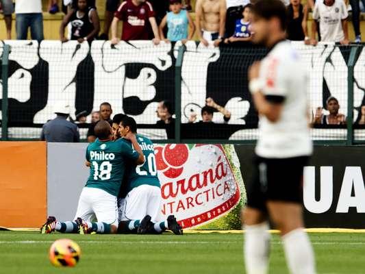 A casa é do Corinthians, mas a festa foi do Goiás: mesmo no Pacaembu, o time alvinegro perdeu mais uma vez, agora por 2 a 1, e ficou mais distante do G-4 do Campeonato Brasileiro