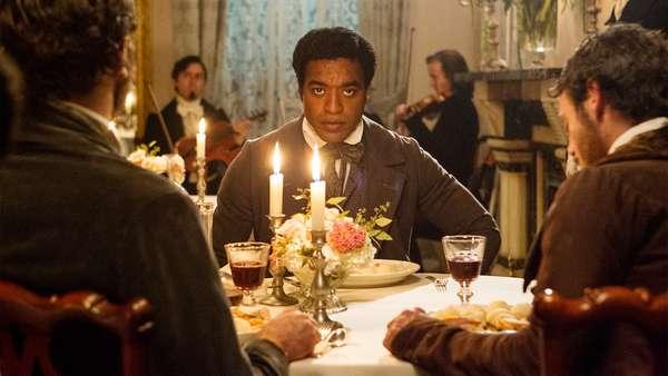 '12 years a slave'.El drama y la vergüenza de la esclavitud vuelven a saltar al cine, después de la visión que aportó hace unos meses 'Django Desencadendo', en un drama que ha levantado polémica por su crudeza y que se ha colocada como una de las máximas favoritas para los Oscar. Ha sido la ganadora del Premio del público