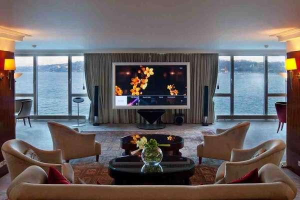 Suíte mais caraPassar uma noite no Royal Penthouse do luxuoso hotel President Wilson de Genebra custa R$ 150 mil. Os hóspedes dispostos a pagar essa impressionante essa quantia aproveitam a vista do Lago Genebra da cobertura do hotel, em uma suíte de 1.700 m² com 12 quartos, banheiros de mármore e terraço particular