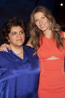 Ministra do Meio Ambiente, Izabella Teixeira posa ao lado da compatriota Giselle Bündchen durante a apresentação