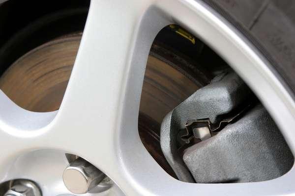 O fluido de freio deve ser trocado em média uma vez por ano. Discos de freio, pastilhas, tambores e outras peças do sistema devem ser revisados a cada 10 mil quilômetros