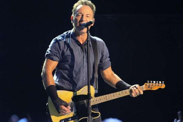 Bruce Springsteen surpreendeu a plateia ao cantar, no idioma nativo e com ritmo um pouco mais pesado, a música 'Sociedade Alternativa', eternizada por Raul Seixas. O show foi realizado no Espaço das Américas, em São Paulo, na noite da última quarta-feira (18)