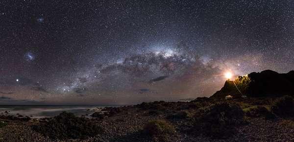 O Observatório Real de Londres divulgou as imagens vencedoras do prêmio Fotógrafo de Astronomia do ano. Guiding Light to the Stars, de Mark Gee (Austrália), foi a imagem vencedora na categoria Terra e Espaço. A partir de Cape Palliser, na ilha norte da Nova Zelândia, o fotógrafo registrou um pedaço da Via Láctea com seu centro luminoso recheado por estrelas, as Nuvens de Magalhães (à esquerda), além de outros satélites e galáxias mais distantes