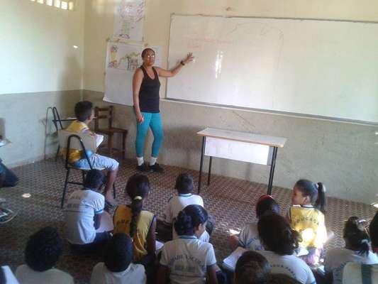 Devido à falta de carteiras escolares, estudantes do município de Redenção do Gurgueia (PI) são obrigados a assistir aulas no chão da escola