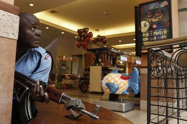 21 de setembro - Policial armado faz segurança de área dentro de um centro comercial de luxo em Nairóbi, no Quênia, onde criminosos abriram fogo e mataram dezenas de pessoas neste sábado. Um grupo armado e encapuzado invadiu o centro comercial Westgate Mall, um dos mais luxuosos de Nairóbi, cuja clientela é formada principalmente por quenianos ricos e estrangeiros