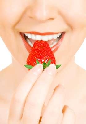 Morango - Morangos in natura são um prato cheio para quem quer manter os dentes brancos. A fruta contém ácido málico, um adstringente natural que ajuda a retirar manchas. Além da vitamina C, que ajuda a combater o acúmulo de placa.