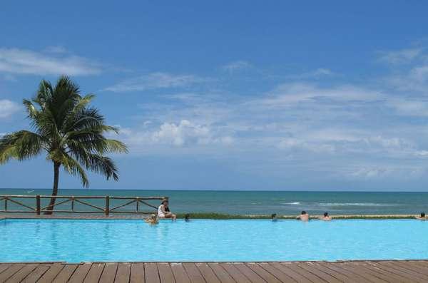 A piscina com borda infinita de frente para a praia é o ponto alto da estada no Tivoli Ecoresort