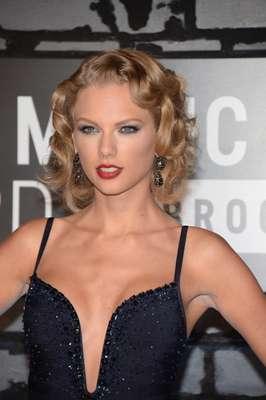 A cantora Taylor Swift escolheu uma maquiagem ousada para o Video Music Awards 2013