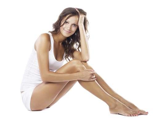 Ao realizar a depilação íntima em casa, é necessário tomar alguns cuidados antes, durante e após o procedimento para não causar irritações e lesões na pele