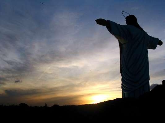 Apesar de a paisagem lembrar o Rio de Janeiro, trata-se da estátua de Cristo Redentor construída no parque temático Tierra Santa, de Buenos Aires