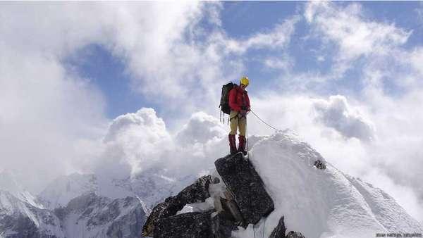 Maximo instalando cordas no Lobuche, Himalaia nepalês. Nessa montanha foram instalados 1,2 mil metros de cordas. A equipe de apoio numa expedição comercial no Himalaia inclui dezenas de sherpas, que se encarregam de levar toneladas de equipamento e suprimentos para os acampamentos avançados, fixam cordas, cozinham ou escalam, deixando a via pronta para os clientes subirem