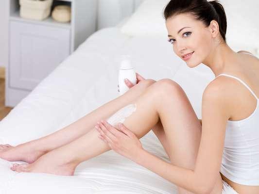 Hidratação prepara a pele para receber a depilação e ainda a recupera do trauma causado pelo procedimento