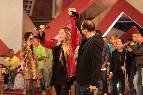 Bárbara Evans foi eleita, neste domingo (30), a grande campeã de A Fazenda 6. Ela levou para casa o prêmio de R$ 2 milhões. Na foto, a modelo comemora vitória com Brito Jr.