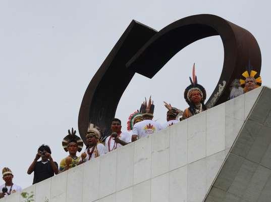 1º de outubro - Um grupo de índios e ativistas do Greenpeace realizaram na manhã desta terça-feira uma manifestação contra a PEC 215, que altera as regras para demarcações de terras indígenas, em Brasília
