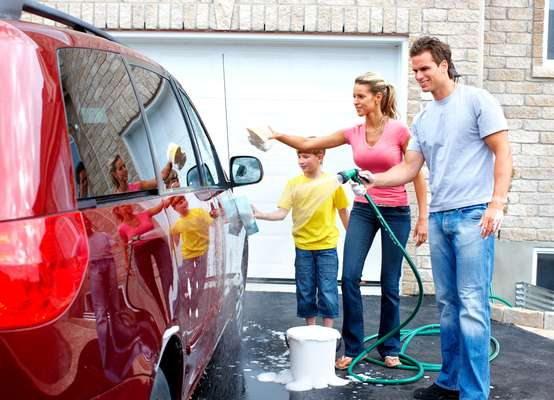 Lavar o carro no sol pode causar manchas na pintura