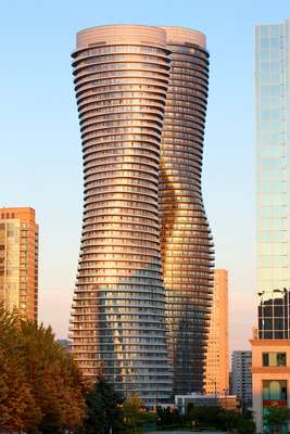 Absolute World Towers , CanadáApelidado de Marilyn Monroe por conta de suas curvas, o complexo Absolute World Towers tem duas torres de 50 e 56 andares que dominam o panorama da cidade de Mississagua, na região metropolitana de Toronto. Inauguradas em 2012, as torres têm uma arquitetura futurista e totalmente única, atingindo 179 metros para o maior dos dois prédios