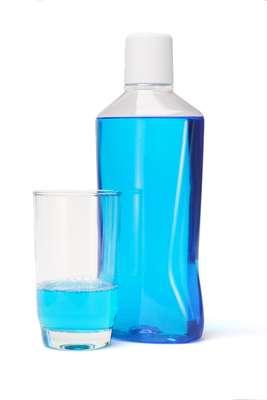 Sem substituir a escova e o fio dental, o produto deve ser usado como último passo na higienização da boca, depois da limpeza da língua