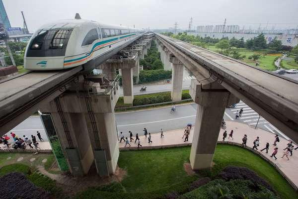 Trem Maglev Xangai, ChinaLigando o Aeroporto Internacional de Pudong à estação de metrô de Longyang Road, o Trem Maglev opera a mais de 430 km/h. Com um moderno sistema de levitação magnética, consegue atingir a impressionante marca de 500 km/h, mais veloz do que um carro de Fórmula 1