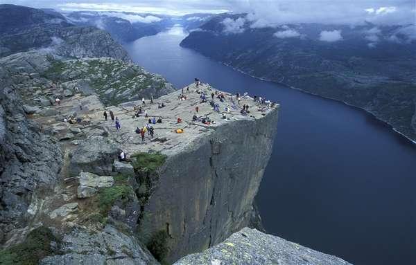 Noruega:Um extenso litoral com fiordes impressionantes e auroras boreais durante o inverno do hemisfério norte fazem parte das atrações da Noruega. A vibrante capital, Oslo, é um ponto de entrada perfeito para curtir alguns dias na cidade antes de se aventurar na natureza do país