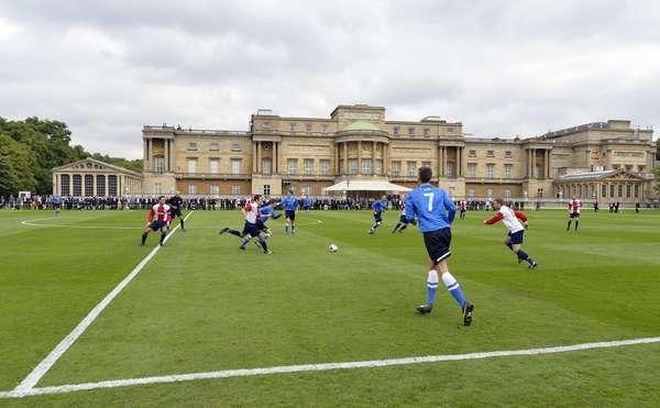 O Palácio de Buckingham, casa da família real britânica, recebeu nesta segunda-feira a primeira partida de futebol de sua história