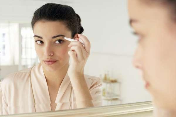 Ao longo do tempo, os pelos da sobrancelha tendem a diminuir depois de arrancados. Por isso, busque sempre manter seu contorno natural, mesmo com poucos fios