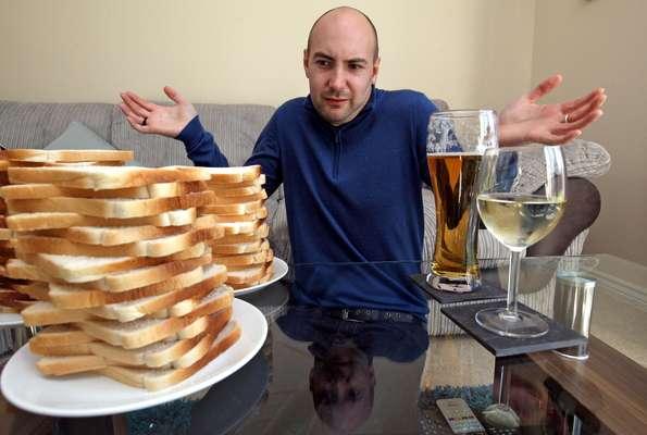 Matthew Hogg, 34 anos, sofre de uma doença que faz com que seu organismo transforme os alimentos que ele ingere em álcool