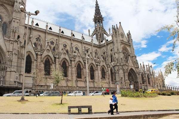 Quito, a capital do Equador, surpreende com suas majestosas construções arquitetônicas, como a Basílica del Voto Nacional