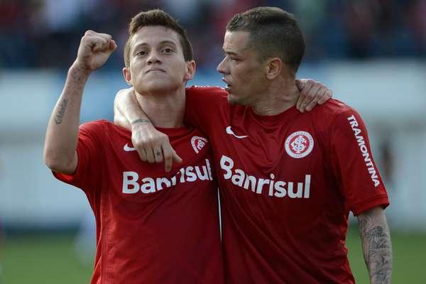 D'Alessandro (à direita) e Otávio marcaram um golaço cada e ajudaram o Inter a vencer o lanterna Náutico por 4 a 1 neste domingo