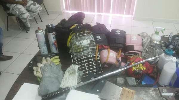 16 de outubro - Entre os itens apreendidos estão cabos de guarda-chuva que seriam usados como armas, segundo a polícia