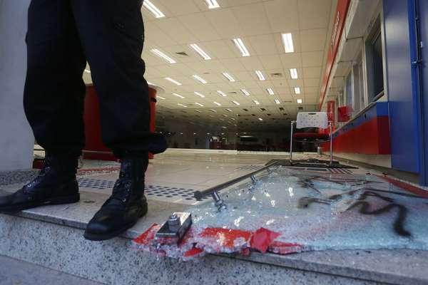 Agência do Bradesco na avenida Vital Brasil, zona oeste de São Paulo, amanheceu destruída nesta quarta-feira após protesto pela educação. Após uma marcha pacífica, manifestantes mascarados destruíram bancos, lojas e o patrimônio publico