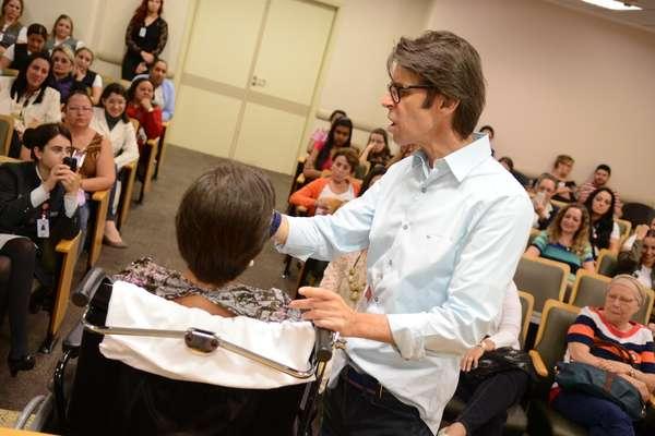 Duda Molinos ministrou um workshop de automaquiagem para pacientes com câncer do Hospital São José