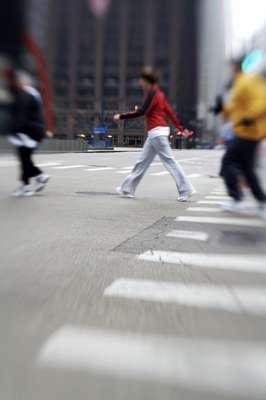 Caminhada na calçada eleva gasto calórico: ao caminhar na rua, as calçadas quebradas e as raízes das árvores são um perigo. Fora isso, a necessidade de desviar de outras pessoas e ter que prestar uma atenção redobrada na hora de atravessar a via atrapalham a continuidade do exercício. Mas todos esses fatores também trazem ganhos, pois estimulam a multilateralidade e fazem com que outros músculos sejam exigidos para alterar a direção e evitar esses acidentes de percurso, elevando o gasto calórico. Esse tipo de atividade estimula ainda os receptores da propriocepção, importantes na localização espacial e no estímulo da resposta muscular nestas situações, diz o ortopedista Ricardo Cury, professor do Grupo de Cirurgia do Joelho da Faculdade de Medicina da Santa Casa de São Paulo