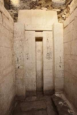 A tumba descoberta possui 14 por 21 metros e uma altura de quatro metros, sendo que seus muros são de pedra caliça