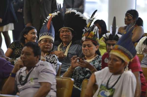 A sessão é acompanhada por cerca de 60 indígenas. O Supremo permitiu que eles entrem no plenário usando seus adereços típicos