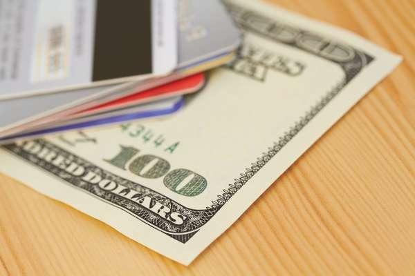 Segundo a Associação Brasileira de Cruzeiros Marítimos (Abremar), os cruzeiros aceitam dólares americanos, Traveller Checks, cartões de crédito internacionais e, na América do Sul, reais em espécie
