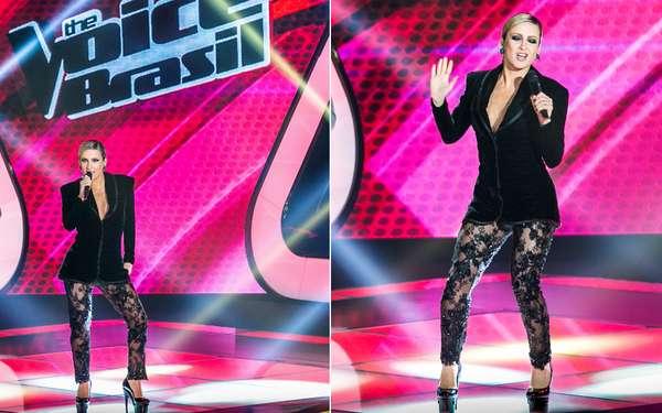 No programa The Voice Brasil, Claudia Leitte usa blazer sem sutiã e calça de renda. Neste look, o decote não chega a ser muito exagerado, mesmo assim garante a sensualidade