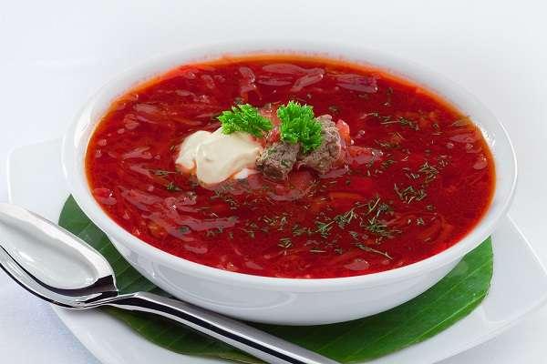 A receita do Borsch é popular em vários países no leste da Europa. Basicamente, ela é uma sopa de beterrabas que pode ser servida quente ou fria. Na Ucrânia, a tradição é servir o prato quente. O preparado pode levar feijão, couve, pepino, cenoura, tomate, cebola e batata. Uma dica é acrescentar carnes e cogumelos. Lá, ele custa em média 51 Hryvnia da Ucrânia, o equivalente a R$ 13