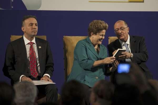 O ministro das Cidades, Aguinaldo Ribeiro, a presidente Dilma Rousseff e o governador de São Paulo, Geraldo Alckmin (PSDB), participam de cerimônia de anúncio de investimentos do PAC Mobilidade Urbana