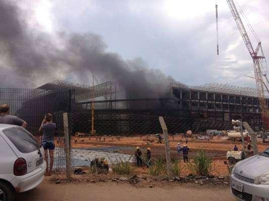 Um incêndio atinge as obras da Arena Pantanal, estádio sede da Copa do Mundo de 2014, na tarde desta sexta-feira, em Cuiabá, no Mato Grosso