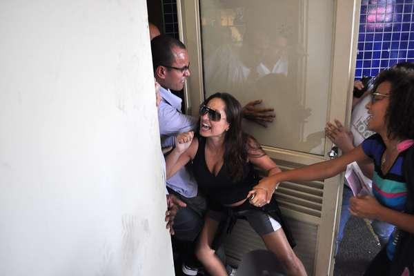 São Paulo - Mãe de candidata se desesperou com o atraso e tentou impedir o fechamento de portão para que sua filha pudesse prestar o exame em universidade da Barra Funda