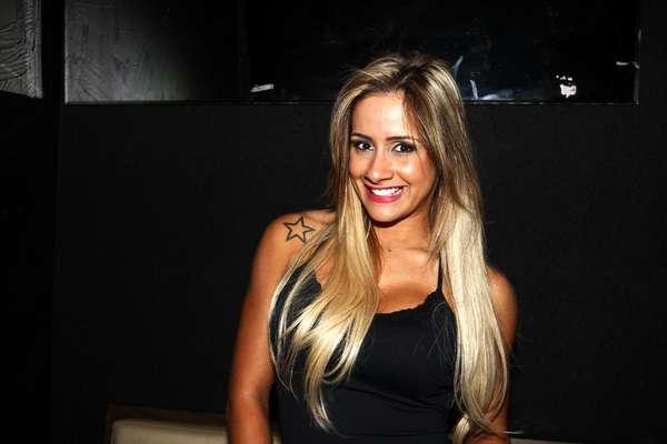 Babi Muniz esteve no Bar Fidélis, em São Paulo, para curtir o show do grupo de pagode InovaSamba