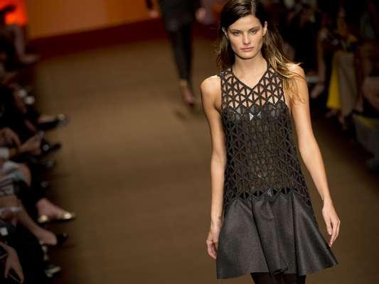 Com Isabelli Fontana na passarela, Tufi Duek foi um dos destaques do SPFW nesta segunda-feira (28) e trouxe uma coleção com muito preto e vermelho