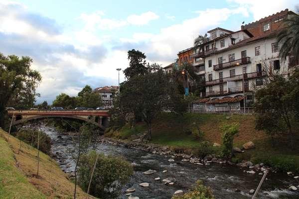 """Casas no chamado """"El Barranco"""" do rio Tomebamba são característica de Cuenca"""