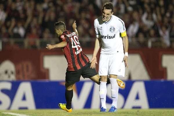 Em partida cheia de tensão em Curitiba, o Atlético-PR levou a melhor sobre o Grêmio e, com gol de Dellatorre, venceu por 1 a 0 para abrir vantagem na semifinal da Copa do Brasil
