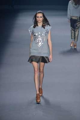 A blusa de moletom apareceu com uma saia com brilhos na passarela, mas vai muito bem também com as calças tipo pijama do verão. Se ela for branca, fará uma perfeita combinação com o cinza. Na foto, desfile de Juliana Jabour