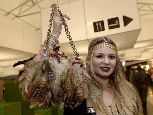 Mafe Buradi ousou com uma bolsa da Zara, compenas e corrente dourada, durante passagem pelo SPFW