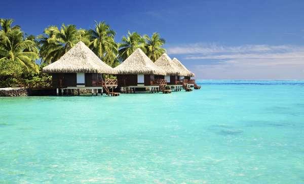 Bora Bora, Polinésia FrancesaCercada por uma lagoa de água cristalina e uma barreira de coral, a idílica ilha de Bora Bora é um paraíso terrestre da Polinésia Francesa. Praias de areia branca, águas cristalinas e resorts luxuosos fazem de Bora Bora um destino de sonhos para viagens românticas
