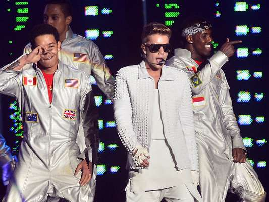 Justin Bieber se apresentou na praça da Apoteose, no Rio de Janeiro, neste domingo (3). Assim como na capital paulista, o cantor também atrasou a apresentação - desta vez em quase duas horas, já que o show estava marcado para as 19h e começou às 20h50