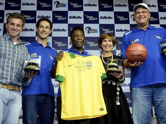 Pelé foi um dos convidados para participar nesta segunda-feira de um evento em homenagem a Ayrton Senna; além do ex-camisa 10, estiveram presentes também Luciano Huck, Bruno Senna, Oscar Schmidt e Viviane Senna