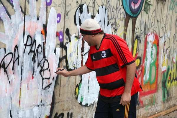 Os grafites que Justin Bieber fez em São Conrado, no Rio de Janeiro, não tiveram muita duração. Os desenhos feitos pelo cantor canadense foram cobertos com tinta branca nesta terça-feira (5).
